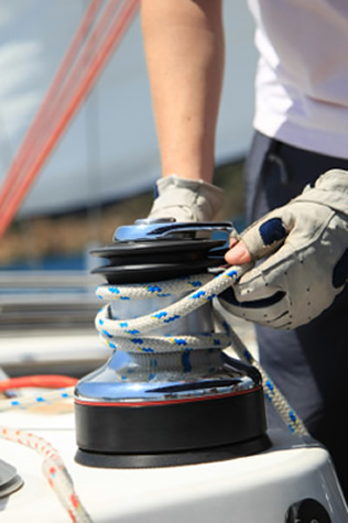 sailing-operating-the-winch